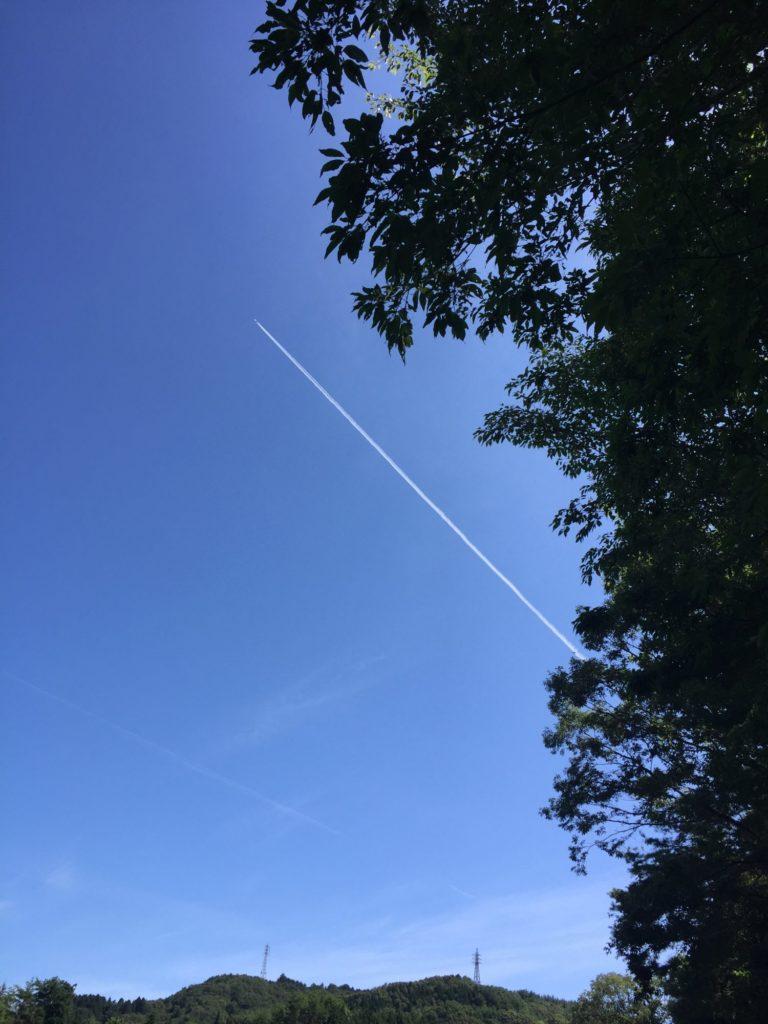 空を見上げると飛行機雲